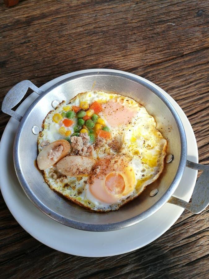 Huevo frito de la cacerola con cerdo y desmoches fotos de archivo