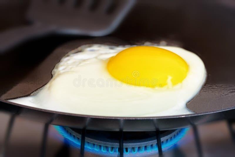 Huevo frito en cacerola imagen de archivo libre de regalías