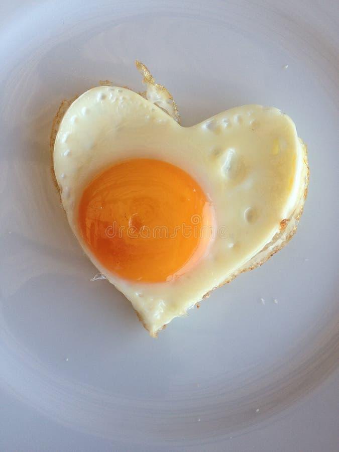 Huevo frito en forma de corazón foto de archivo