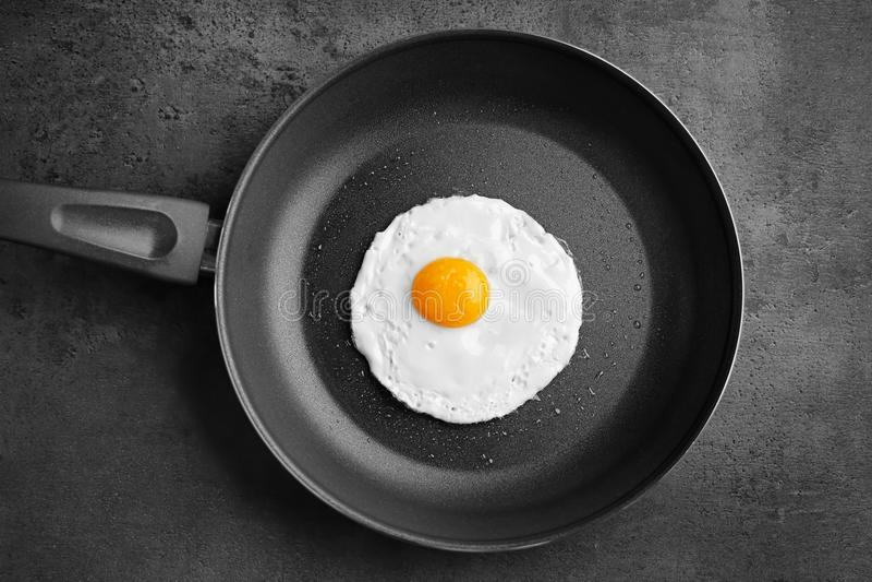 Huevo frito fácil excesivo hecho en casa en cacerola fotos de archivo