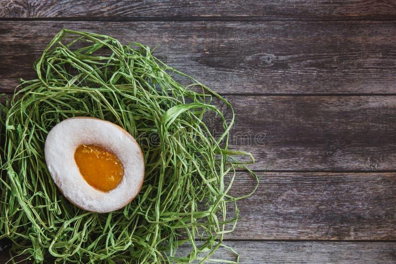 Huevo hecho a mano de las galletas de Pascua en jerarquía en fondo de madera imagenes de archivo