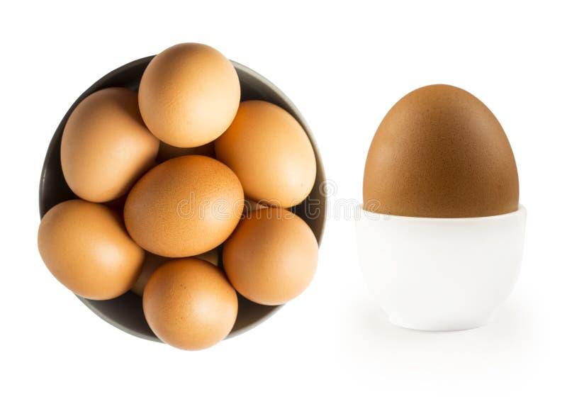 Huevo hervido aislado en el fondo blanco Huevo hervido en la huevera y los huevos aislados en cuenco de madera Primer de un huevo fotos de archivo