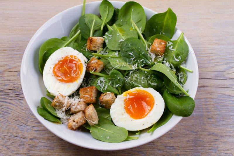 Huevo hervido con pan, espinaca y queso parmesano tostados para la comida del desayuno del desayuno foto de archivo libre de regalías
