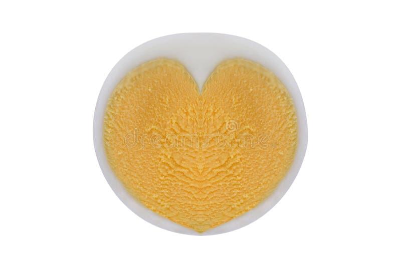 Huevo hervido del pollo con la yema de huevo en forma de corazón, aislada en blanco fotografía de archivo libre de regalías