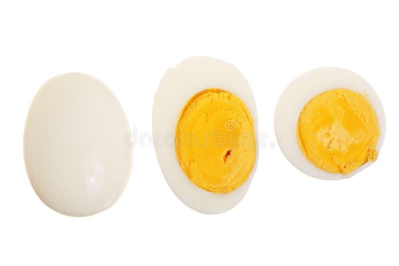 Huevo hervido y mitad aislados en el fondo blanco Visión superior Endecha plana foto de archivo