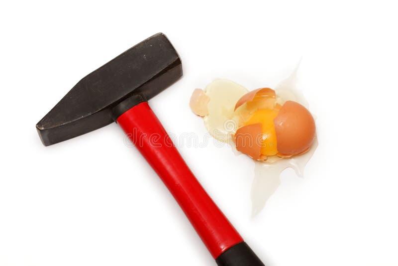 Huevo quebrado con el martillo imagen de archivo libre de regalías