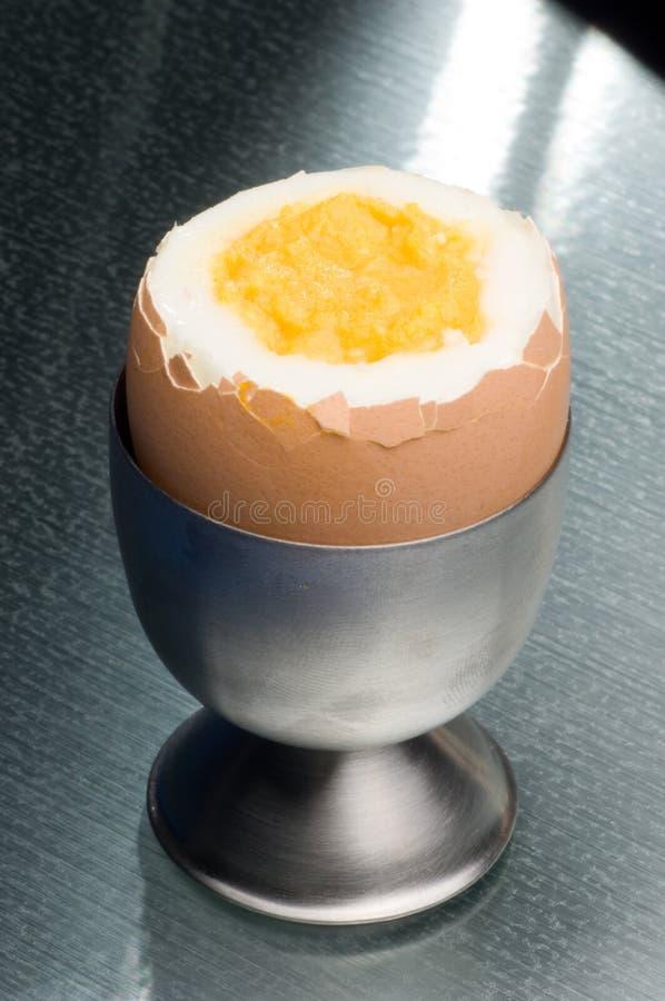 Huevo y huevera imagen de archivo
