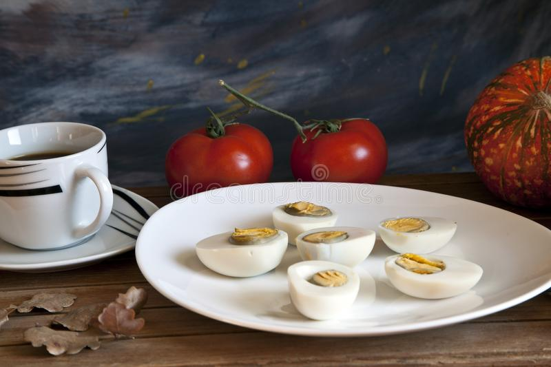 Huevo y tomate cocinados en una tabla de madera fotos de archivo