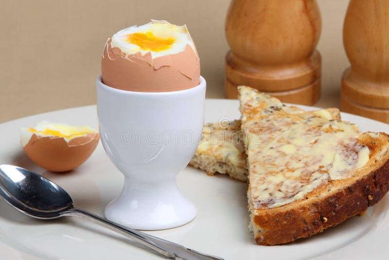 Huevo y tostada hervidos imagen de archivo libre de regalías