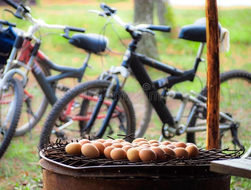 Huevos asados a la parilla fotos de archivo