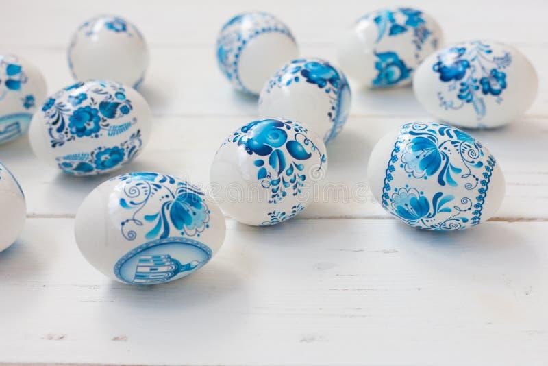 Huevos azules y blancos de Pascua fotografía de archivo