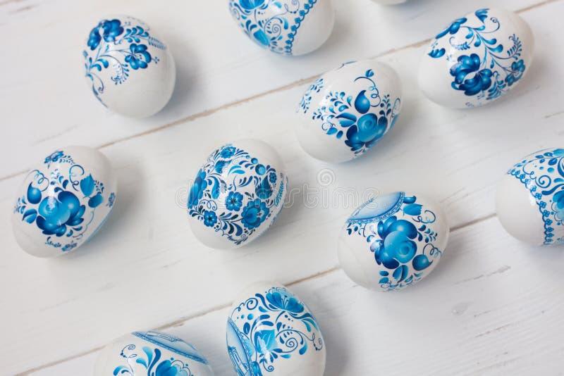 Huevos azules y blancos de Pascua imagenes de archivo