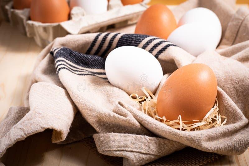 Huevos blancos de la comida de la granja sana del concepto y pape orgánicos frescos de los huevos fotografía de archivo