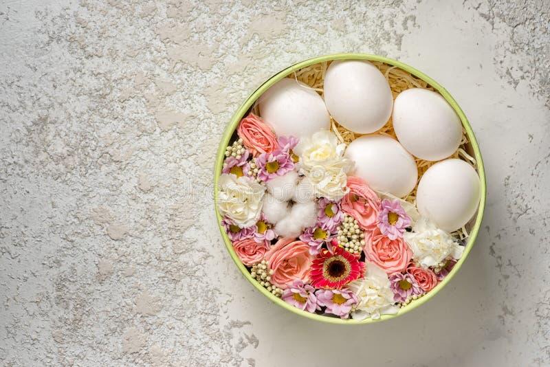 Huevos blancos de Pascua con las flores foto de archivo libre de regalías