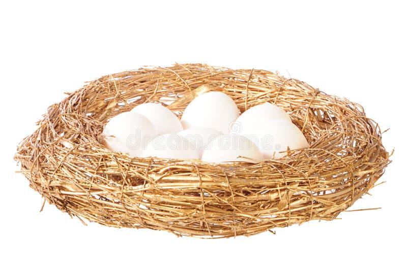 Huevos blancos en jerarquía de oro imagen de archivo