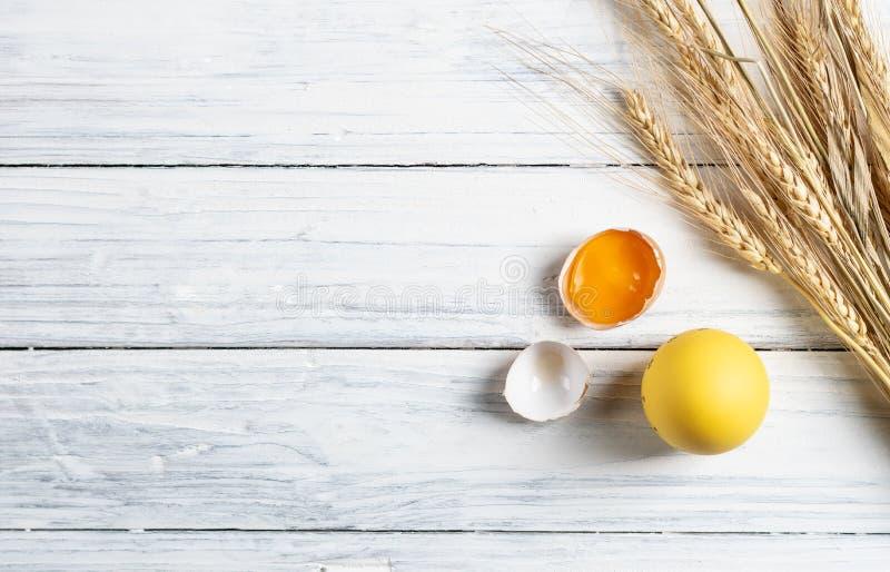Huevos blancos y marrones de la visión superior en la madera blanca imagen de archivo libre de regalías