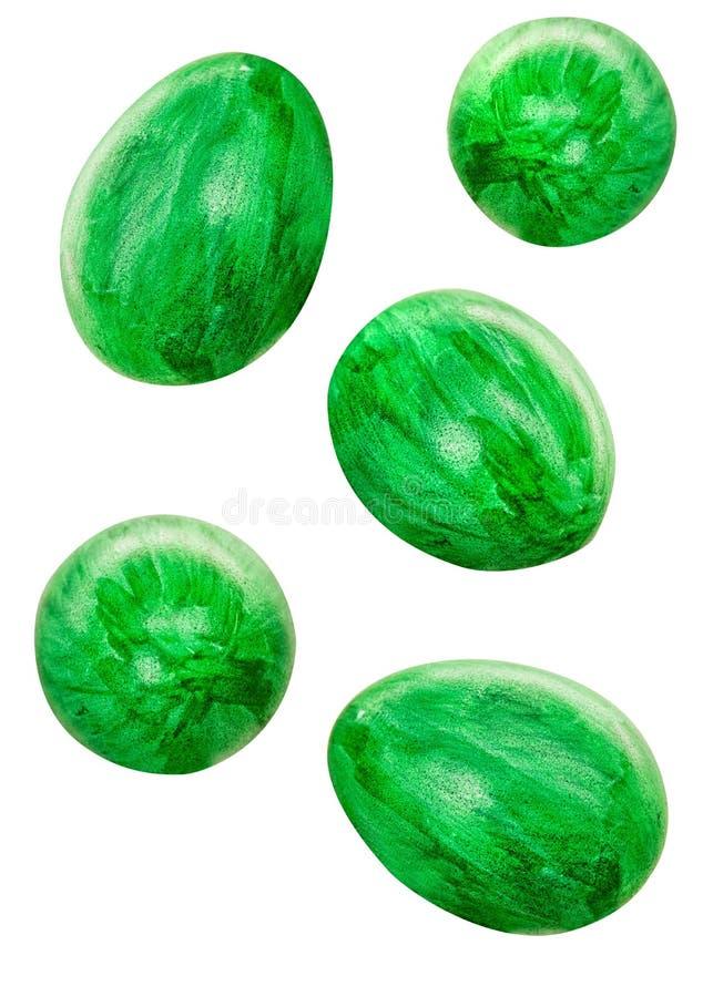 Huevos coloreados verdes del pollo que caen de diverso tamaño aislados en el fondo blanco con la trayectoria de recortes ilustración del vector