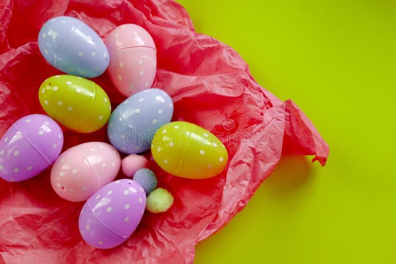 Huevos coloreados y peque?os grupos mullidos como s?mbolo de Pascua huevos hechos de foamiran imagen de archivo libre de regalías