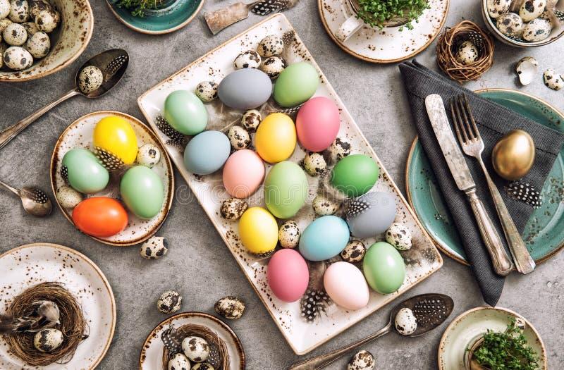 Huevos coloridos de la decoración del cubierto de la tabla de Pascua fotos de archivo libres de regalías