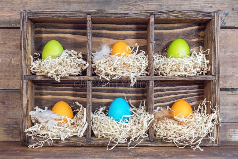 Huevos coloridos de Pascua en las jerarquías foto de archivo