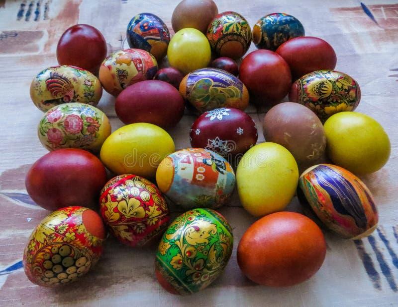 Huevos coloridos, hervidos y pintados a mano, cocinado para Pascua foto de archivo