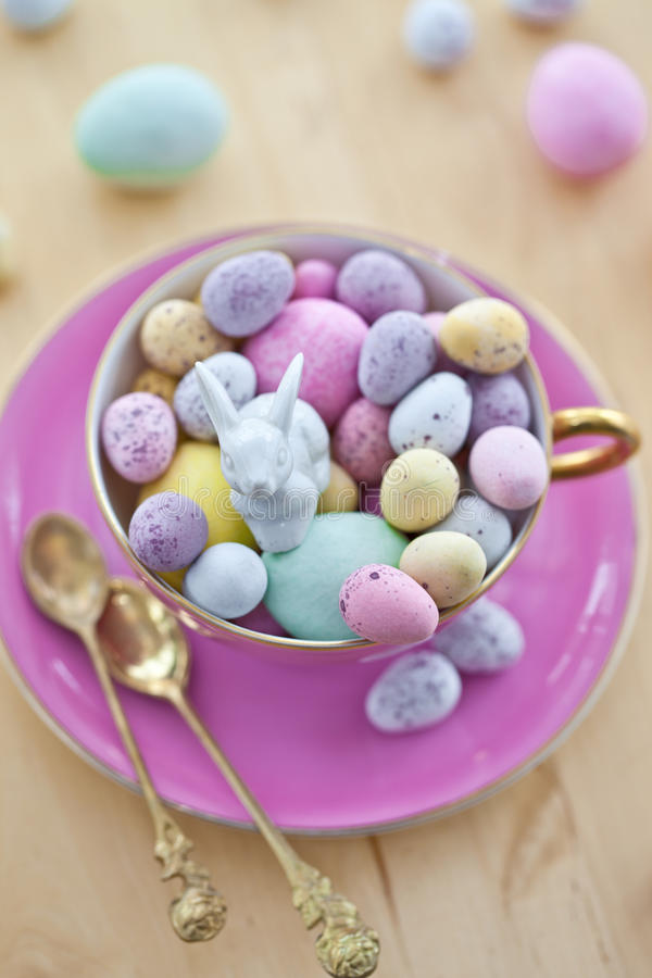 Huevos coloridos para una pascua feliz imagenes de archivo
