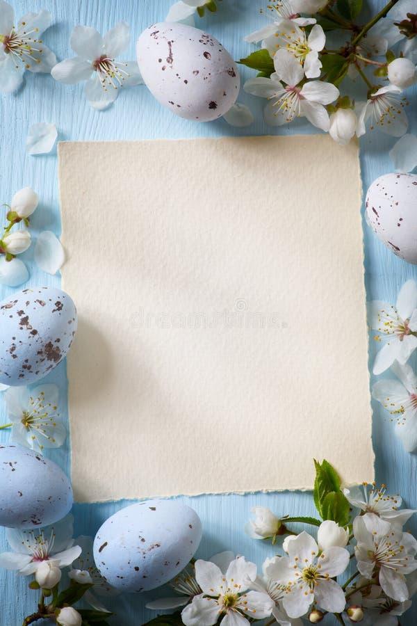 Huevos de Art Easter y flores de la primavera en fondo de madera foto de archivo