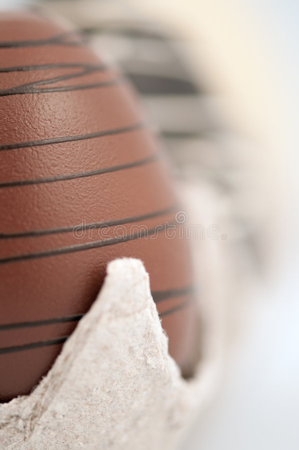 Huevos de chocolate en embalaje fotos de archivo