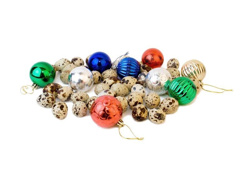 Huevos de codornices con las bolas de la Navidad fotografía de archivo