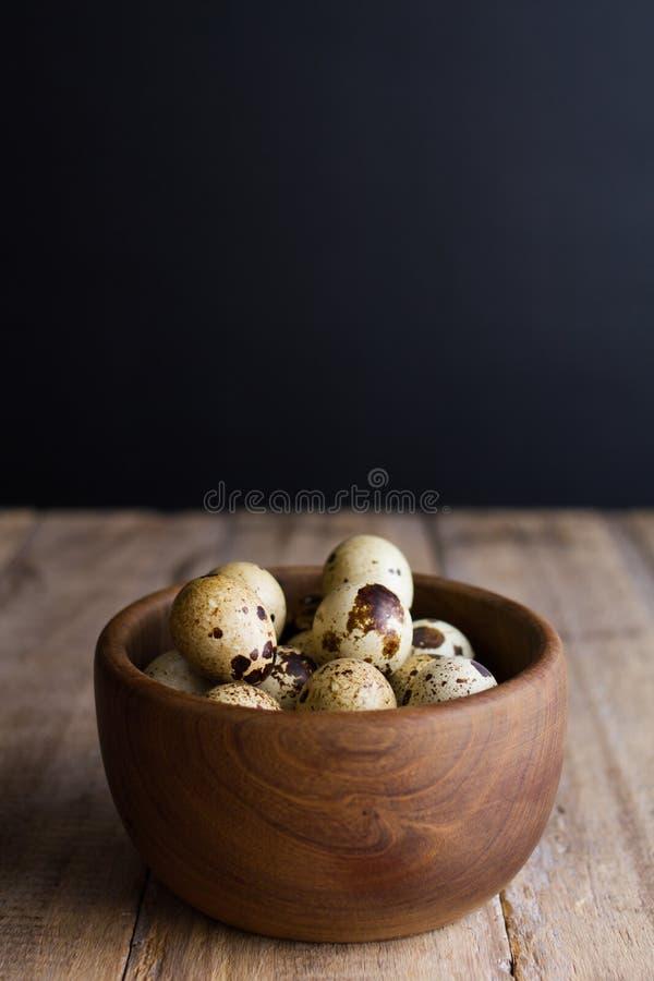 Huevos de codornices en la tabla de madera rústica foto de archivo libre de regalías
