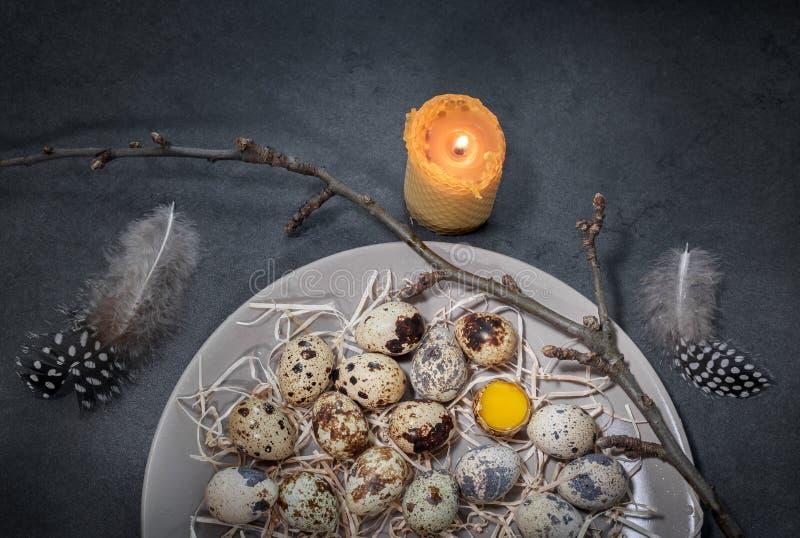 Huevos de codornices en una placa foto de archivo libre de regalías