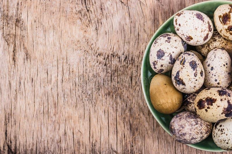 Huevos de codornices frescos en un tablero de madera Dieta vegetariana Copie el espacio foto de archivo libre de regalías
