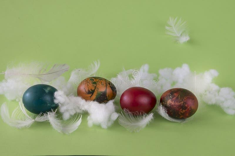Huevos de Coloeful Pascua en fondo del color en colores pastel foto de archivo