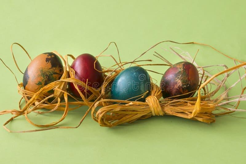 Huevos de Coloeful Pascua en fondo del color en colores pastel fotos de archivo libres de regalías