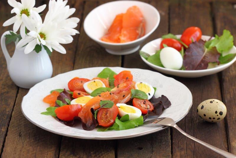 Huevos de la ensalada y de codornices de las verduras frescas imagen de archivo libre de regalías