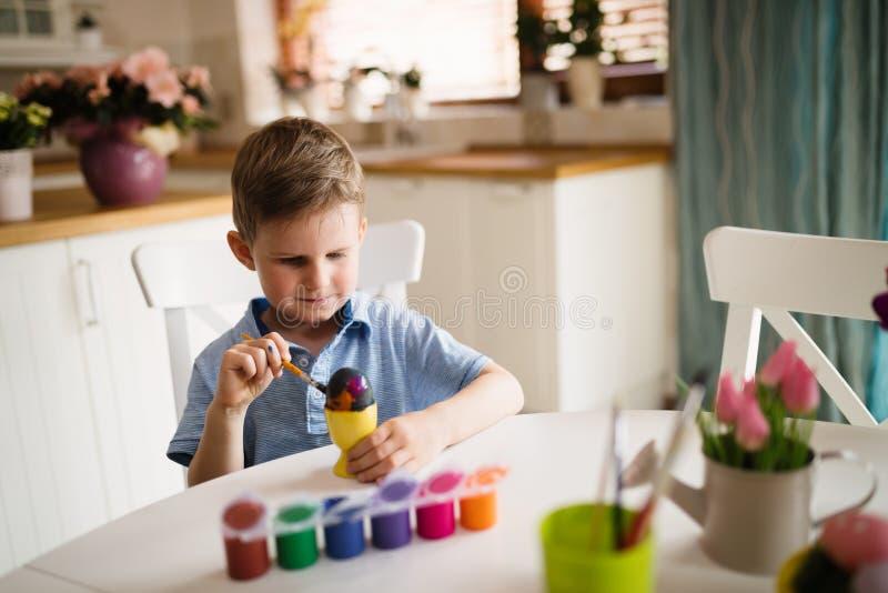 Huevos de la pintura del niño hermoso para pascua fotografía de archivo libre de regalías