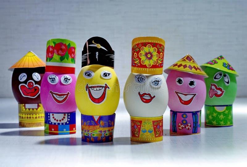 Huevos de Pascua ¡Día feliz Pascua brillante! Día de fiesta ortodoxo de Pascua Huevos de Pascua con sonrisa en sombreros primer imagen de archivo
