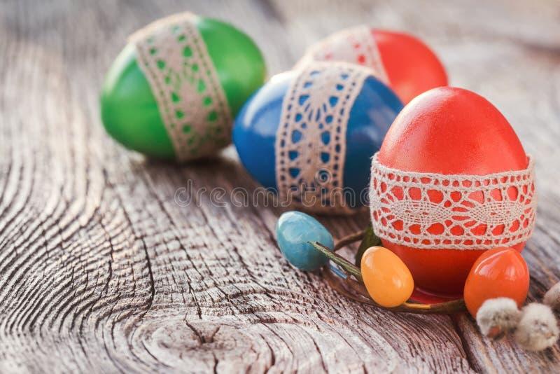 Huevos de Pascua adornados con el cordón en la tabla de madera Foco selectivo, entonado imagenes de archivo