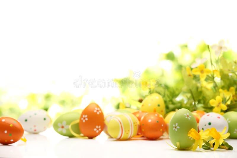 Huevos de Pascua adornados con las flores foto de archivo libre de regalías