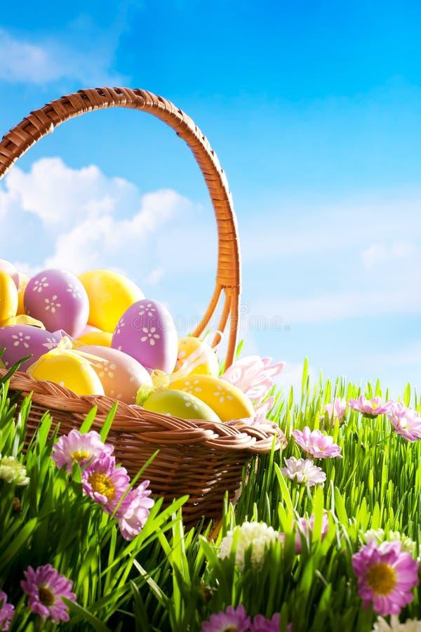 Huevos de Pascua adornados en flores de la hierba foto de archivo