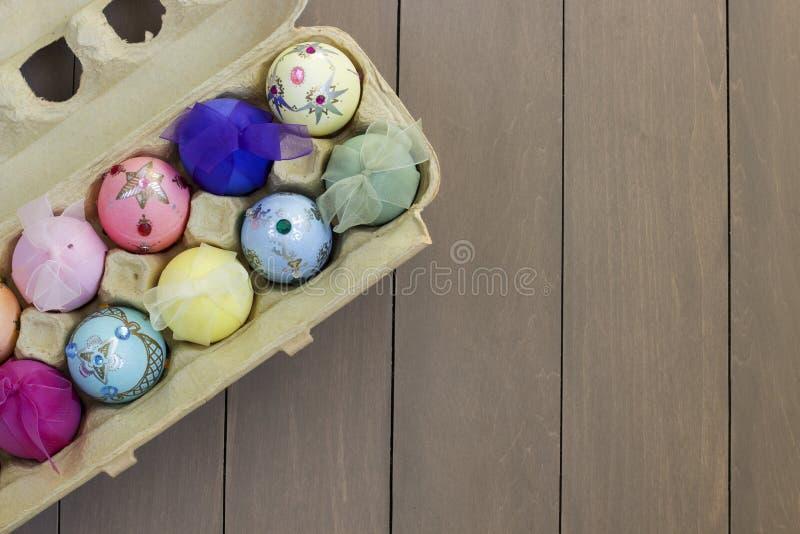 Huevos de Pascua adornados hechos a mano en cajón de la cartulina imagen de archivo libre de regalías
