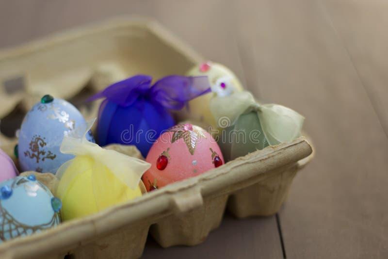 Huevos de Pascua adornados hechos a mano en cajón de la cartulina fotos de archivo libres de regalías