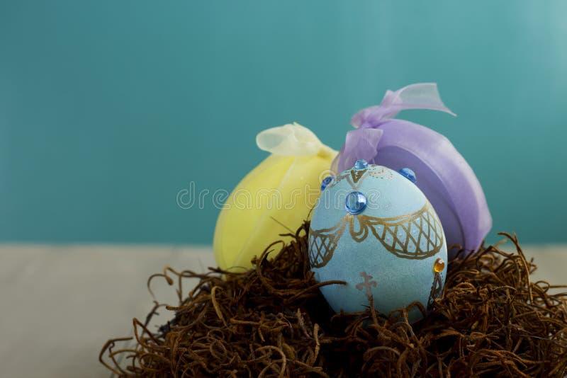 Huevos de Pascua adornados hechos a mano en una jerarquía imagenes de archivo