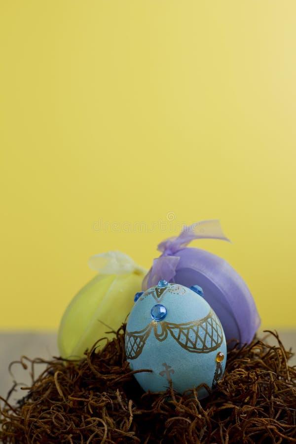 Huevos de Pascua adornados hechos a mano en una jerarquía fotografía de archivo