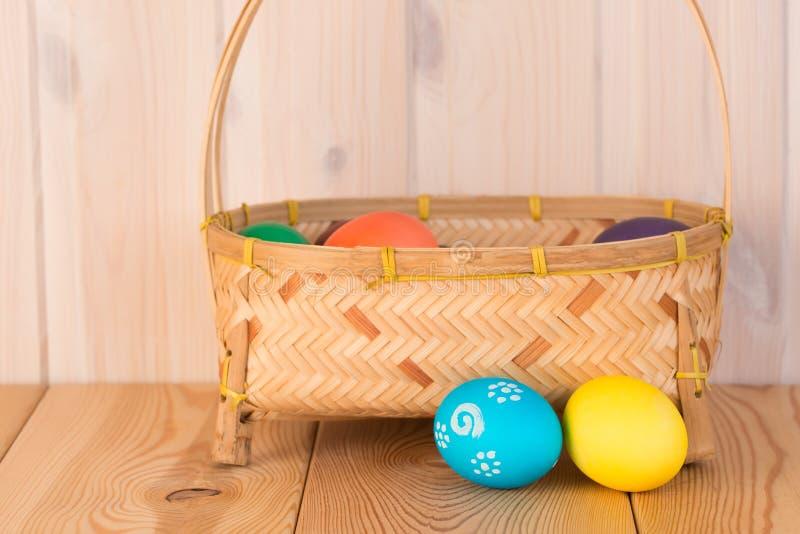 Huevos de Pascua azules y amarillos y una cesta foto de archivo libre de regalías