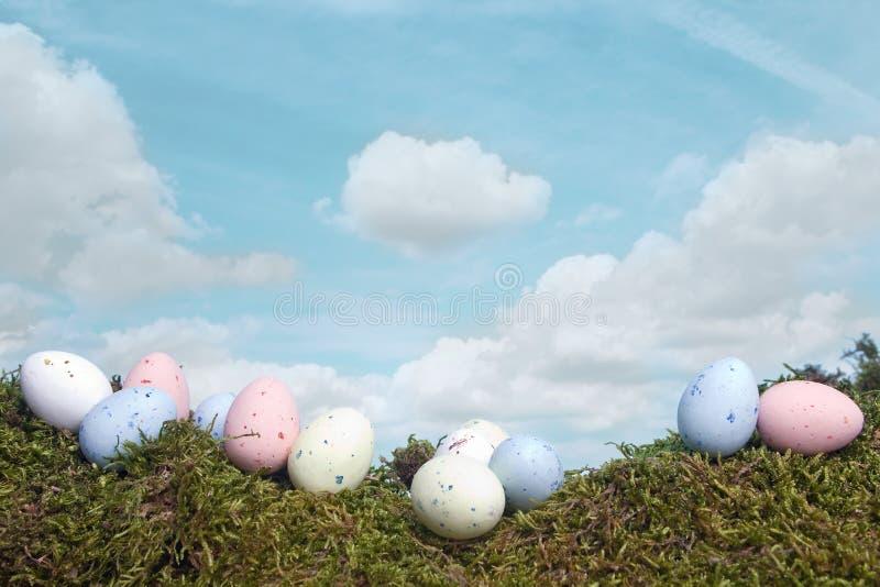 Huevos de Pascua bajo el cielo azul fotos de archivo libres de regalías