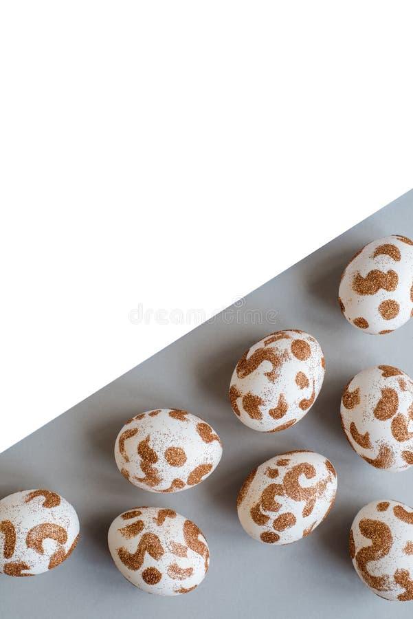 Huevos de Pascua blancos con un modelo del oro libre illustration