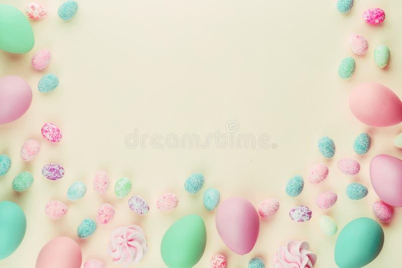 Huevos de Pascua clasificados teñidos coloreados en colores pastel fotos de archivo
