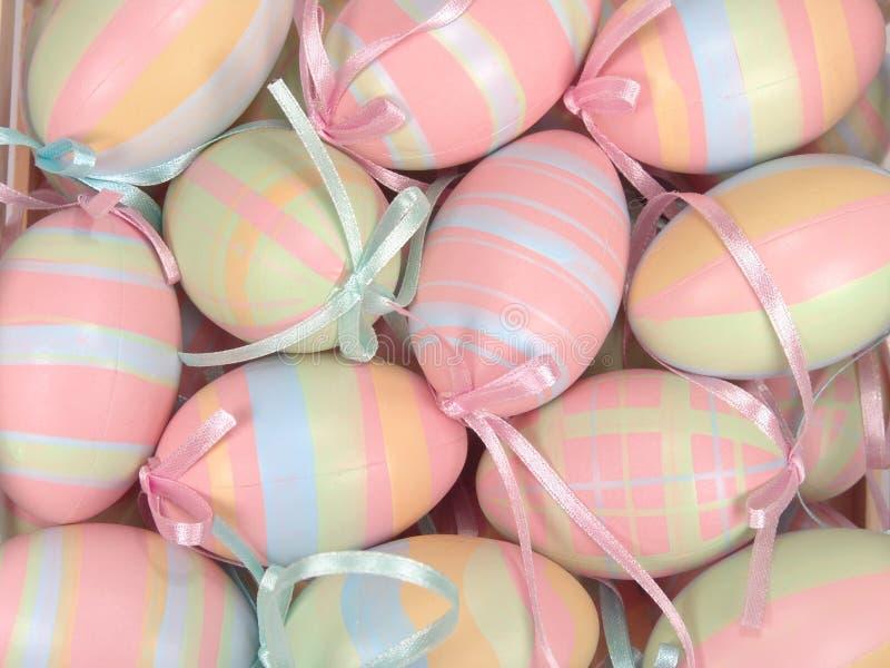Huevos de Pascua colgantes fotos de archivo
