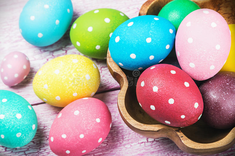 Huevos de Pascua coloreados en la tabla de madera foto de archivo libre de regalías
